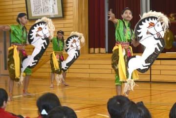 伝統芸能「ジャティラン」を披露するインドネシアの芸能団体
