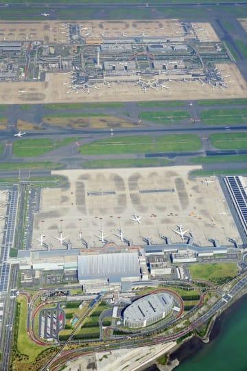 羽田空港の国際線ターミナルビル(手前)、第1ターミナルビル(奥下側)、第2ターミナルビル(奥上側)