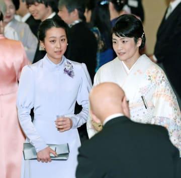 天皇陛下の即位30年に当たり開かれた宮中茶会に出席するプロフィギュアスケーターの浅田真央さん(左)と女子レスリングの伊調馨選手=26日午前、皇居・宮殿(代表撮影)