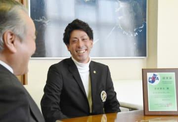 野田武則市長にプロテスト合格を報告する岩崎潤也さん。古里を元気にする活躍を誓う=25日、釜石市役所