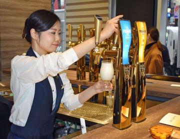 「泡だけ」の飲み方も楽しめるサントリービールのバー=2月、東京都中央区
