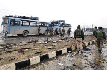 14日、インド北部ジャム・カシミール州で起きた自爆攻撃の現場(ロイター=共同)