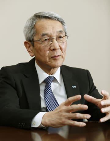 インタビューに応じるJR西日本の来島達夫社長
