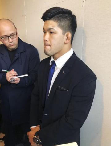 柔道のグランドスラム大会から帰国し、成田空港で取材に応じる大野将平=26日