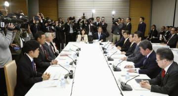 首相官邸で開かれた経済財政諮問会議。左から3人目は経団連の中西宏明会長=26日午後