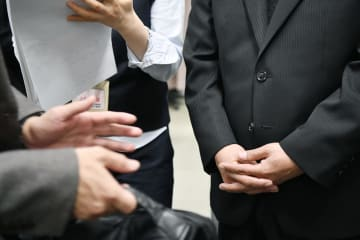 判決後、記者の取材に応じる田中裕也さんの父親(右)=26日午後、大阪市の司法記者クラブ