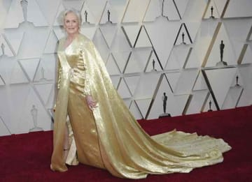 Oscars 2019: Glenn Close Shimmers In Golden Caped Gown With 4 Million Beads [PHOTOS]