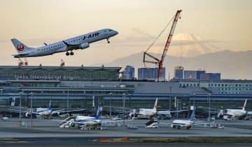 富士山を背景に羽田空港のA滑走路から離陸する航空機=2018年12月15日(佐藤啓之さん撮影)