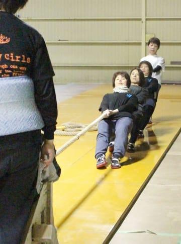 「重り引き」と呼ばれるトレーニングに励むファンキーガールズのメンバー=2月20日夜、福井県勝山市