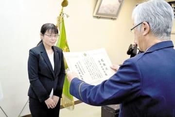 小倉悦男署長(右)から感謝状を贈呈される看護師の酒井加奈子さん=朝霞署