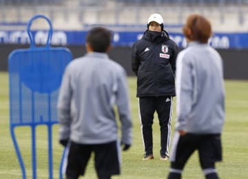 米国戦に向けた練習を見守るサッカー女子日本代表の高倉監督(奧)=チェスター(共同)