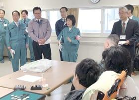 福祉仮設住宅を視察する高橋知事(中央)