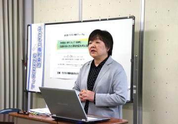 「指導死」について講演する安達さん=長崎市魚の町、市民会館