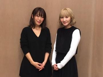 SEKAI NO OWARIのSaoriさん(右)と、番組パーソナリティの坂本美雨(左)