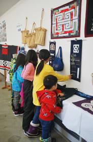 アイヌ文様刺しゅうを施した43点が並ぶテケカラペ展