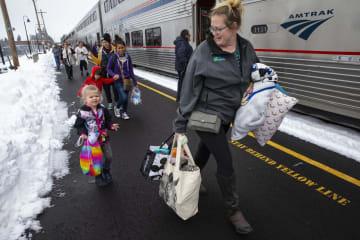 26日、米オレゴン州で列車から降りる乗客(AP=共同)