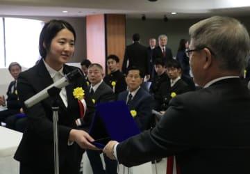 吉澤会長(右)から表彰状を受け取る受賞者=佐世保市、親和銀行本店