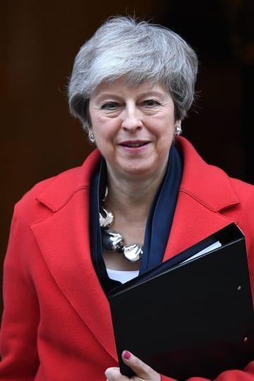 26日、ロンドンの英首相官邸を後にするメイ首相(ゲッティ=共同)