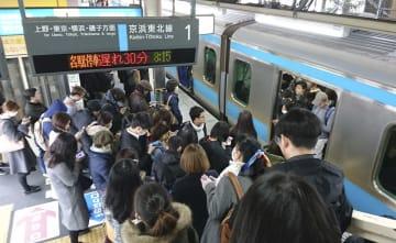 人身事故の影響で混雑するJR西川口駅のホーム=27日午前8時49分、埼玉県川口市
