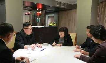 26日、ハノイで側近から米側との交渉状況について報告を受ける北朝鮮の金正恩朝鮮労働党委員長(左から2人目)(朝鮮中央通信=共同)