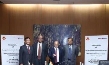 インド初の「赤信号違反検知システム」と「スピード違反検知システム」の設置を発表するマルチスズキとデリー警察の幹部