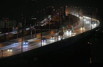 南側橋桁での車両の通行が再開した関西空港連絡橋=27日午後10時17分