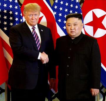 会談を前に握手するトランプ米大統領(左)と北朝鮮の金正恩朝鮮労働党委員長=27日、ハノイ(AP=共同)