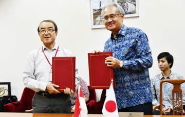 日本NGO無償資金協力の枠組みで贈与契約書に署名した、APEXの田中代表理事(左)と石井正文駐インドネシア大使=27日、ジャカルタ(NNA撮影)