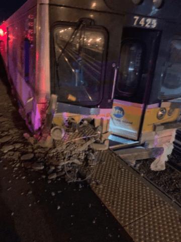 マンハッタン区方面行き列車の先頭車両は、ホームに突っ込んだ衝撃でコンクリートにめり込んだ。現場に居合わせたクリスチャン・マーカダンテさん(ツイッター@merc550aex)提供
