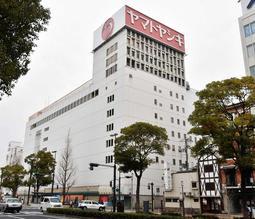 閉店から1年となった旧ヤマトヤシキ姫路店。シンボルの赤い看板は変わらず残っている=姫路市二階町