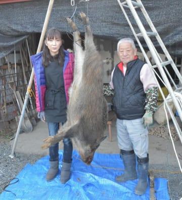 捕獲したイノシシを解体する小林芳明さん(右)=1月7日、笠間市福原