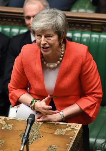 27日、ロンドンの英議会で発言するメイ首相(英議会提供・AP=共同)