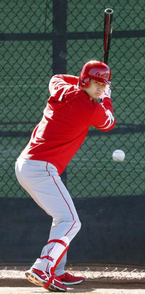 ブルペンの打席に立ち、投手の球で目を慣らすエンゼルス・大谷翔平=テンピ(共同)