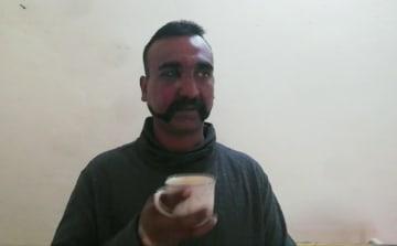 拘束したインド空軍兵士とパキスタン側が主張する映像(パキスタン軍提供・AP=共同)
