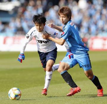川崎―FC東京 前半、競り合うFC東京・久保(左)と川崎・車屋=等々力