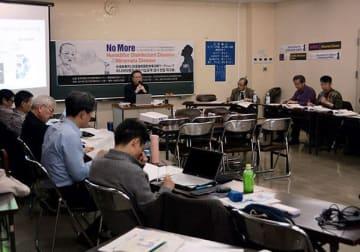 韓国で起きた加湿器の殺菌剤による支障事件や水俣病について意見を交わすワークショップの参加者ら=水俣市