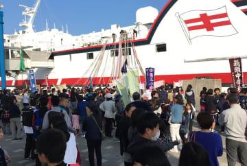 毎年、多くの若者が進学や就職で島を離れる=昨年3月、五島市福江港