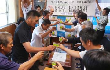 蒸し製玉緑茶部門で産地賞を獲得し、「そのぎ茶」で乾杯する生産者ら=東彼杵町役場
