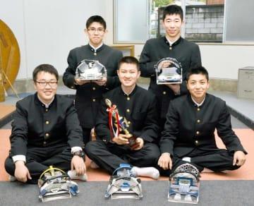 力を合わせて準優勝をつかんだ八幡浜工業高のメンバー