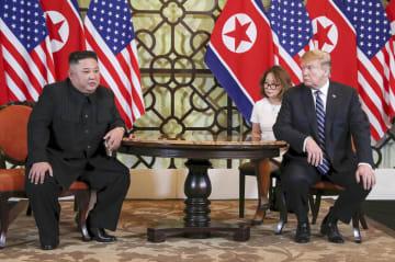 会談する北朝鮮の金正恩朝鮮労働党委員長(左)とトランプ米大統領=28日、ハノイ(ロイター=共同)