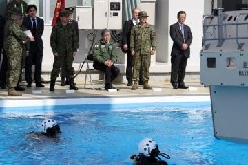 水陸機動団の訓練を視察する岩屋防衛相(右から4人目)=長崎県佐世保市大潟町、陸自相浦駐屯地