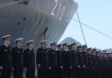 入港したシンガポール海軍揚陸艦の乗組員ら=佐世保市、倉島岸壁