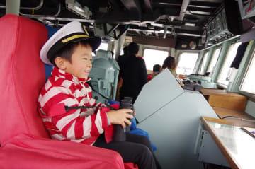 艇長席に座る子ども=うくしま内