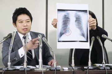 提訴後に記者会見する男性の代理人弁護士=28日午後、東京・霞が関の司法記者クラブ