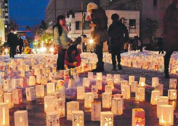 灯籠に復興への思いと鎮魂のメッセージを込めた「祈りの灯火」。今年はボランティアの確保に苦慮している=2018年3月11日、盛岡市