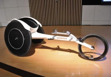 ホンダが発売する陸上競技用車いす「レーサー」の新型モデル「翔」=28日午後、東京都港区