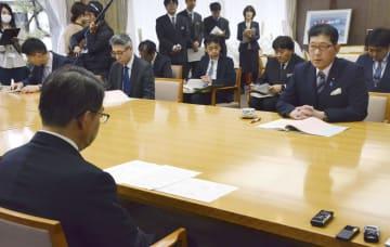 愛知県公館で大村秀章知事(手前)と会談する高鳥修一農水副大臣=28日午後