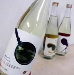 ラベルのくりぬき部分をのぞくと、別の絵柄が見える白鶴酒造の日本酒「別鶴」