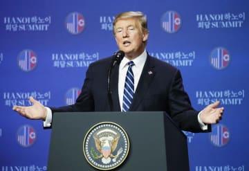 米朝首脳会談を終え、記者会見するトランプ米大統領=28日、ハノイ(共同)