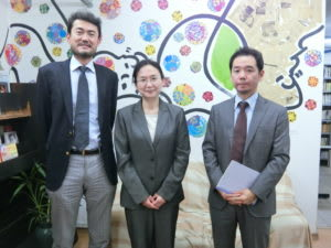 (左から)佐藤次期所長、熊谷館長、木田主任調査役